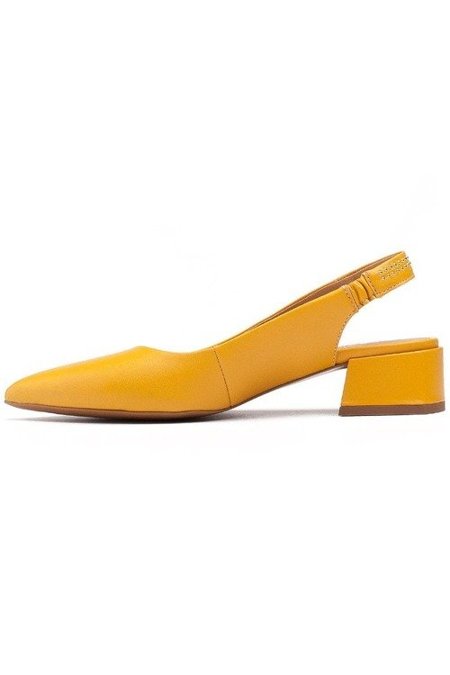 Yellow leather sandals with decorative jetami